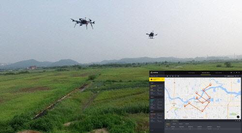 로퍼(ROPPOR)를 통해 다수 드론이 지정된 경로를 따라 자율 비행하는 장면