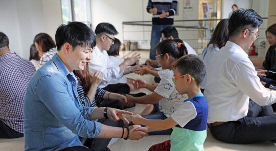 <사진>롯데정보통신 봉사단원들, 지역아동복지센터 찾아 봉사