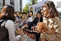 수험생에게 빵 나눠주며 합격기원