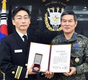 이국종 교수 `명예 해군중령` 진급