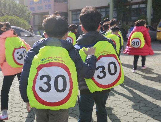 현대위아, 전국 초등학교에 가방 덮개 2만개 쏜다