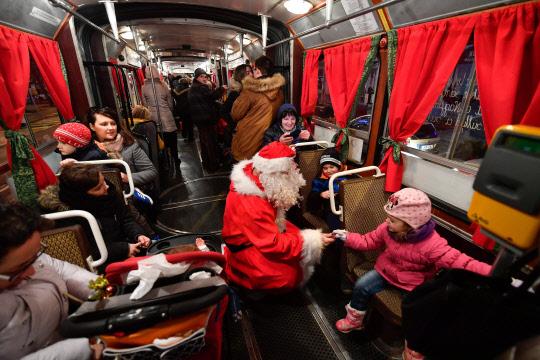 버스에서 산타 만난 아이들