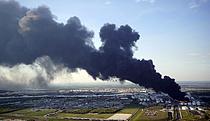 화염에 휩싸인 美 석유화학 터미널
