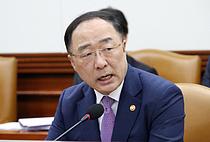 """홍남기 부총리, """"우리 경제 성장 상황 2분기·하반기엔 나아질 것"""""""