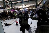 홍콩 `송환법` 반대 10만명 시위...격렬한 충돌 부상자 속출