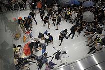 난투극 벌이는 홍콩 시위대와 경찰
