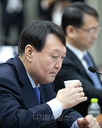 [포토] 목 축이는 윤석열 검찰총장
