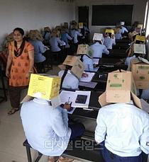 인도 대학교서 커닝 방지용 `종이상자` 머리에 쓰고 시험