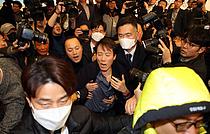 """[여의도 왁자지껄]""""당장 해산하라""""…`아수라장` 된 미래한국당 창당 대회"""
