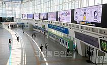 [포토] 코로나19 확산 여파, 썰렁한 서울역