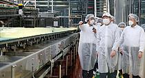 롯데칠성 스마트팩토리 찾은 `신동빈 회장`