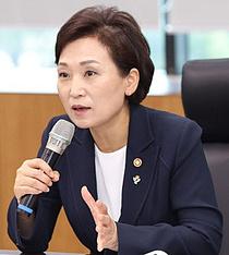 """이용호 저격에 발끈한 김현미 """"부동산 정책, 잘 가고 있다""""(종합)"""