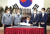 두산중공업 방문한 문재인 대통령, `대한민국 중공업의 힘` 서명