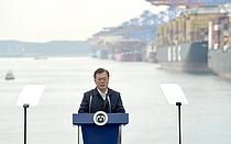 """선거법 위반논란 속 문대통령 """"가덕도신공항 조속입법 기원"""""""